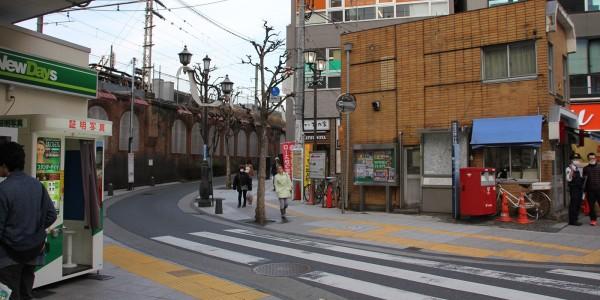2.交番の左を抜けて線路沿い(新宿方面)に進みます。