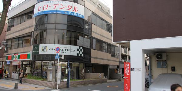 3.サンクスが入ったビルの手前で右折してください。