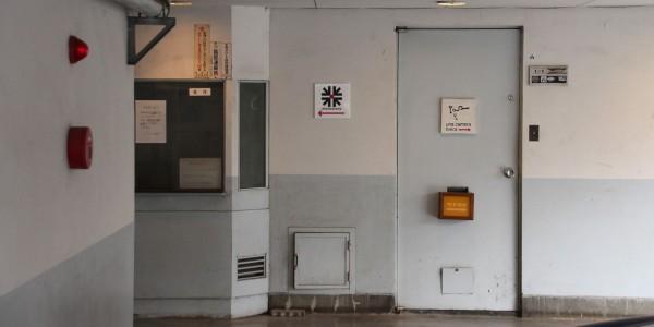5.駐車場を奥に進み、つきあたりを左へ曲がってください。