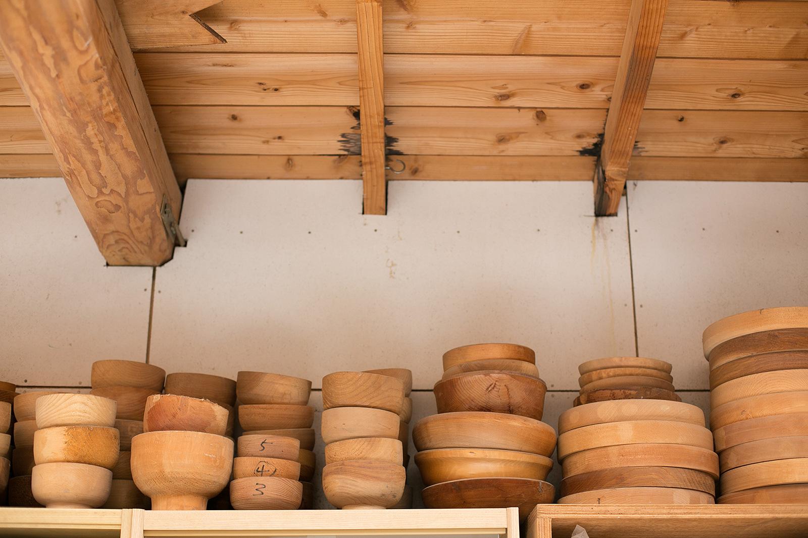 アトリエときの倉庫で保管・乾燥中の器の材料(木地)
