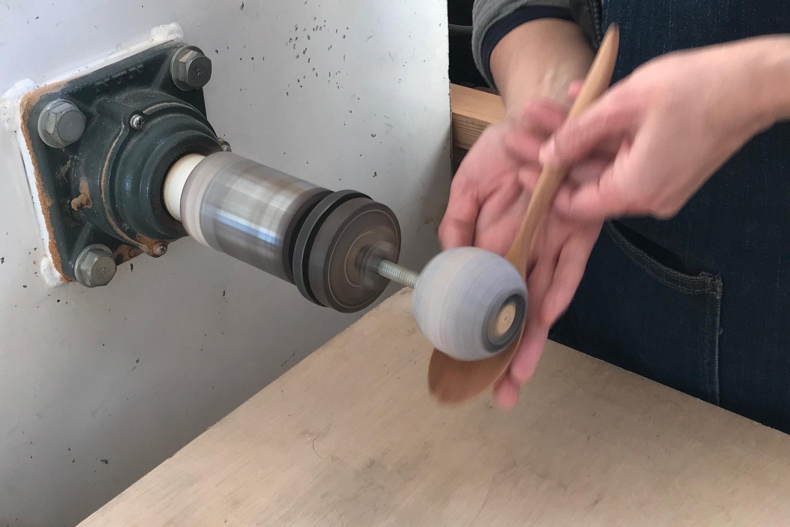 ロクロ機械に治具を取り付けてスプーンの池を削る