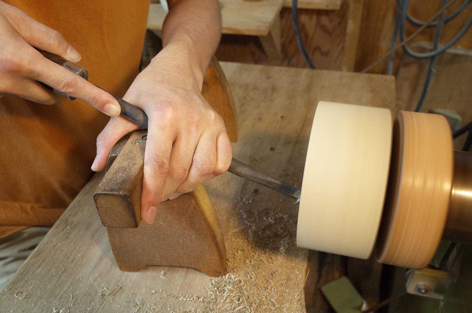 椀木地の外側を削る