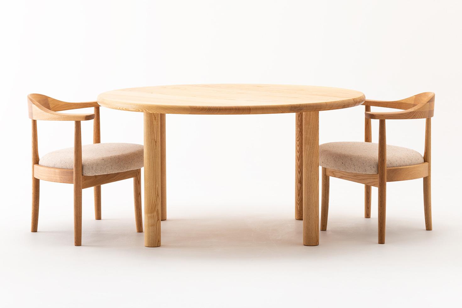 丸テーブルと男の椅子