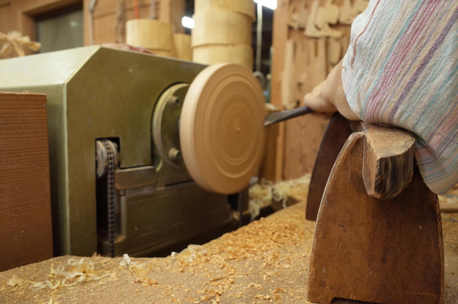 木工ロクロを使った器の荒削り