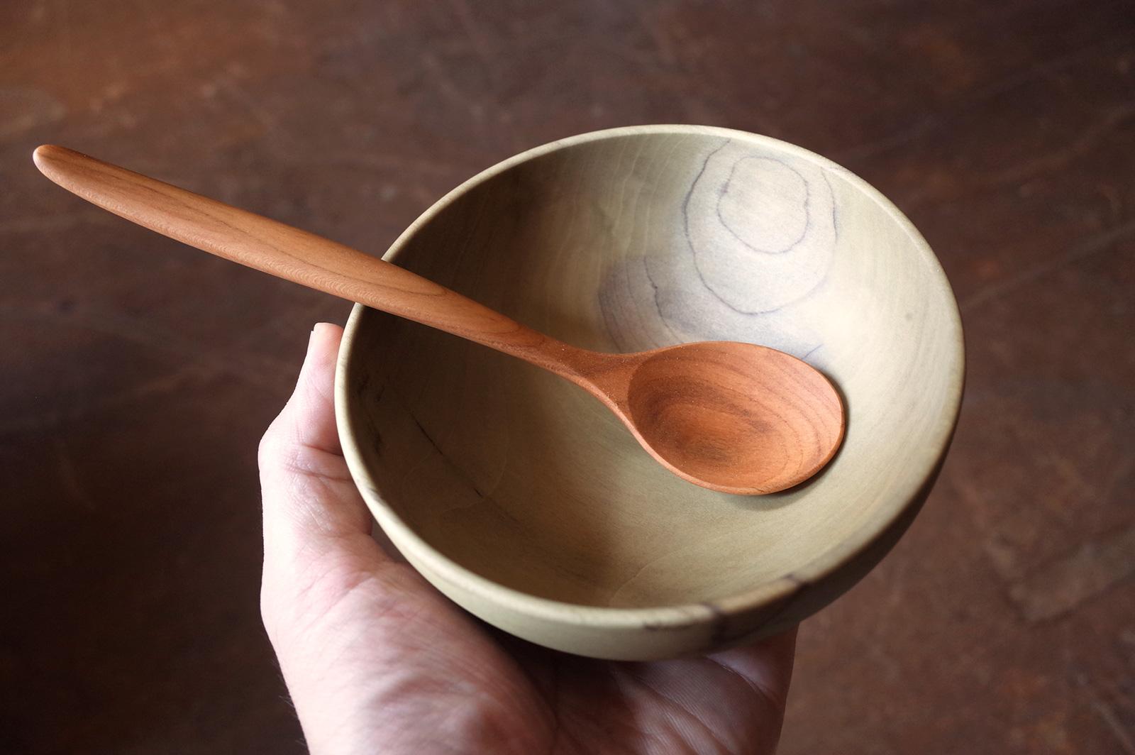 完成したホオの椀とアンズのスプーン