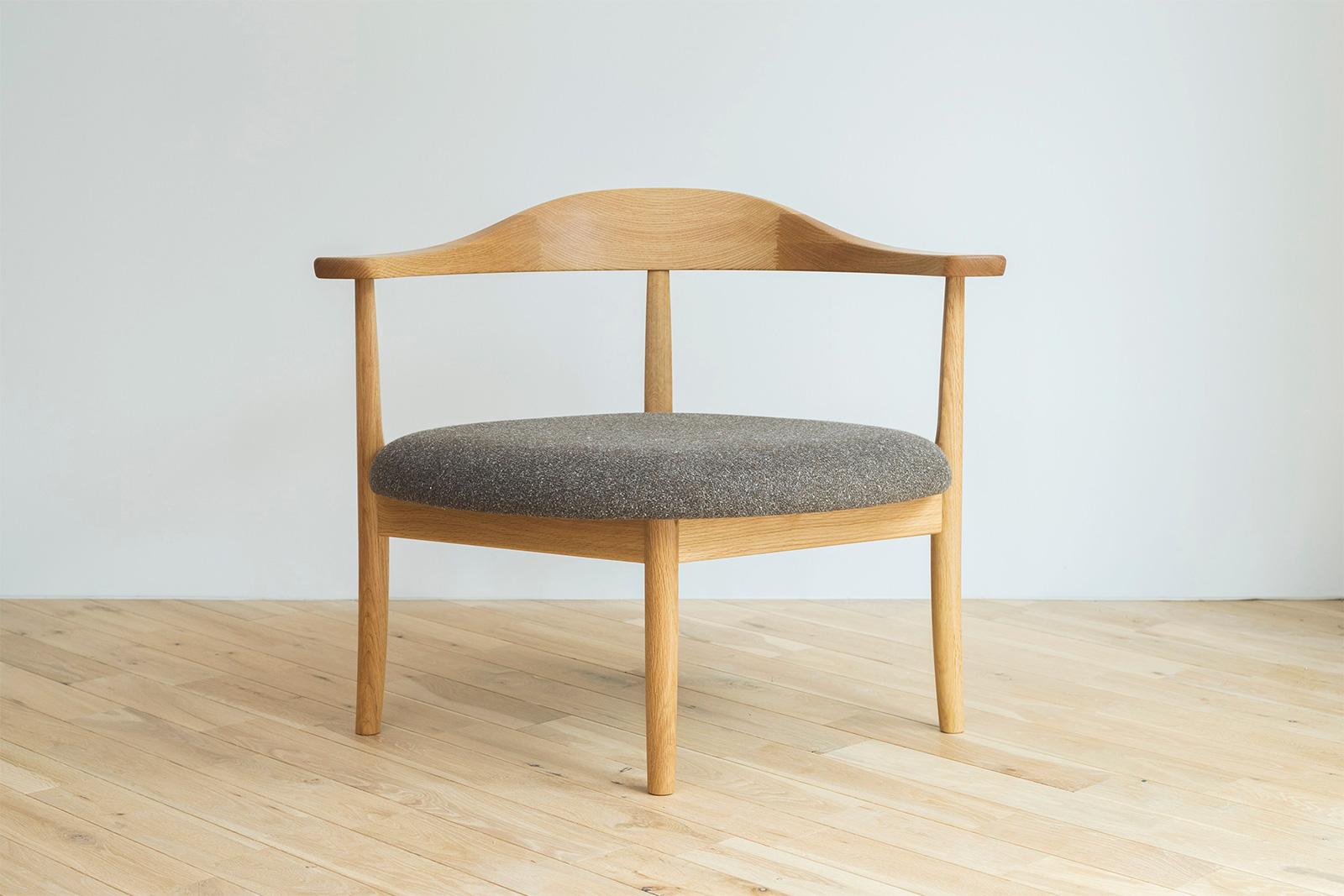 あぐらのかける男の椅子
