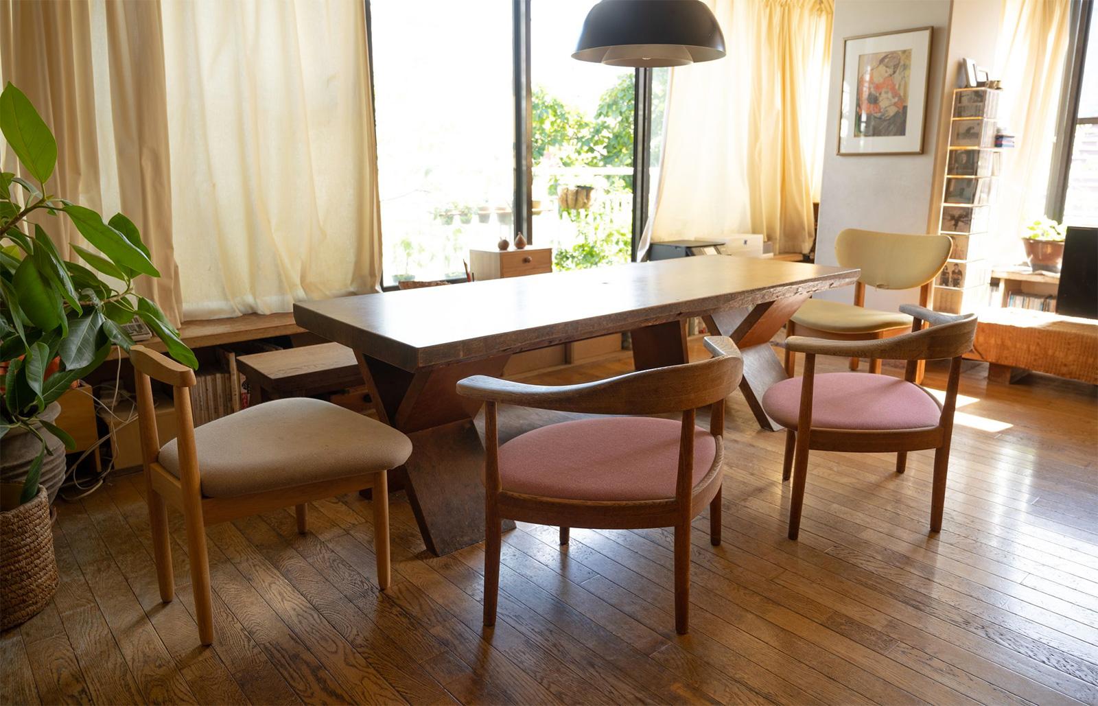 「愛用の椅子たち」。左から「親子の椅子(小)」「あぐらのかける男の椅子」「トヨさんの椅子」、奥はベンチとテーブル。